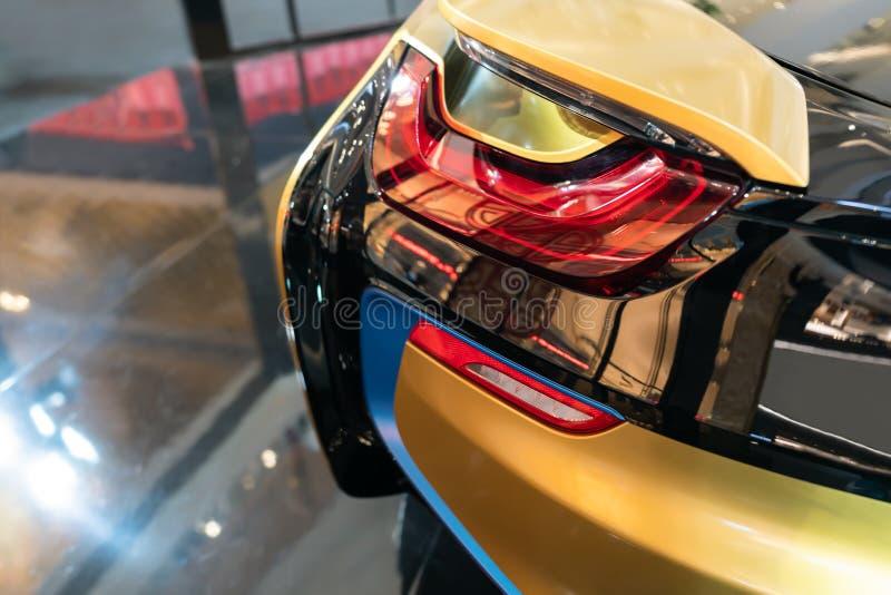 Νέο οδηγημένο οπίσθιο φανάρι - τα οπίσθια φω'τα του αυτοκινήτου, στο υβριδικό αθλητικό αυτοκίνητο στοκ εικόνες