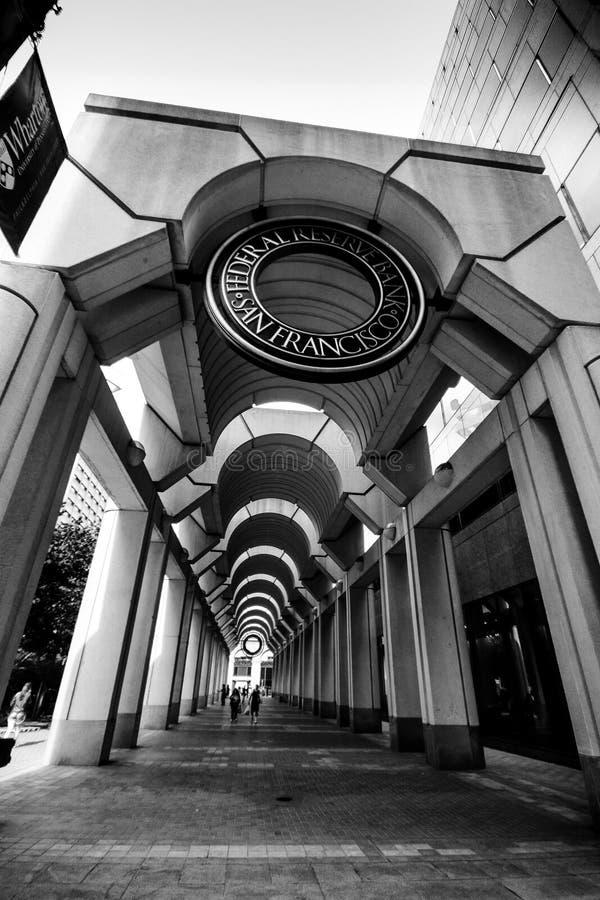 Να στηριχτεί τη στοά με τη σφραγίδα στην κορυφή στην τράπεζα Κεντρικής Τράπεζας των ΗΠΑ στοκ εικόνα με δικαίωμα ελεύθερης χρήσης