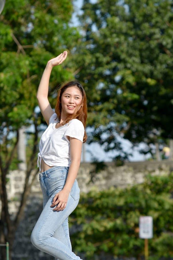 Νεανικός χορός γυναικών Filipina στοκ εικόνες