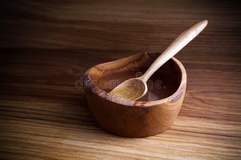 Νηστεία, που παραχωρεί Κουτάλι και φλυτζάνι του νερού στο ξύλινο υπόβαθρο στοκ εικόνες