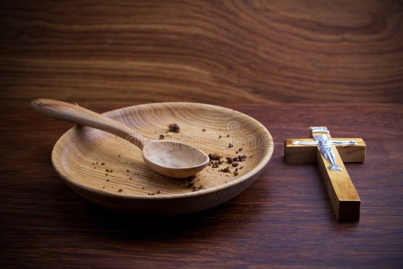 Νηστεία, που παραχωρεί Πιάτο και σταυρός στο ξύλινο backgroud στοκ φωτογραφίες με δικαίωμα ελεύθερης χρήσης