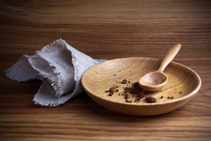 Νηστεία, που παραχωρεί Πιάτο με το κουτάλι και ψίχουλο στο ξύλινο υπόβαθρο στοκ φωτογραφίες με δικαίωμα ελεύθερης χρήσης