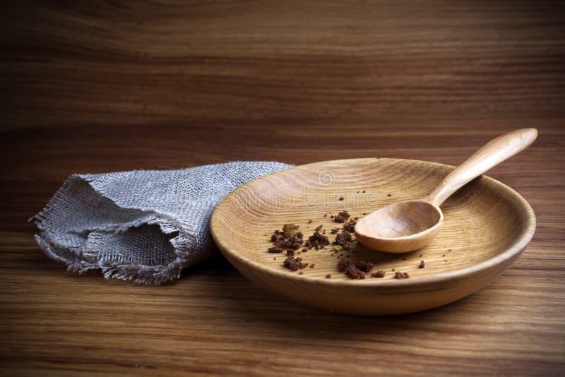Νηστεία, που παραχωρεί Πιάτο με το κουτάλι και ψίχουλο στο ξύλινο υπόβαθρο στοκ φωτογραφία
