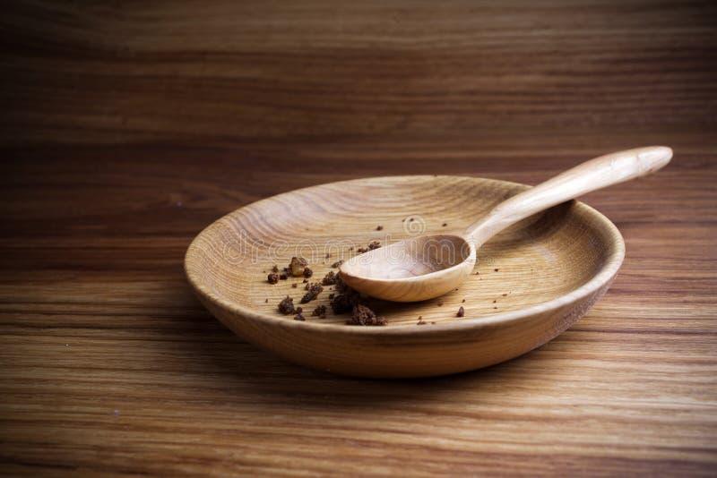 Νηστεία, που παραχωρεί Πιάτο με το κουτάλι και ψίχουλο στο ξύλινο υπόβαθρο στοκ φωτογραφία με δικαίωμα ελεύθερης χρήσης