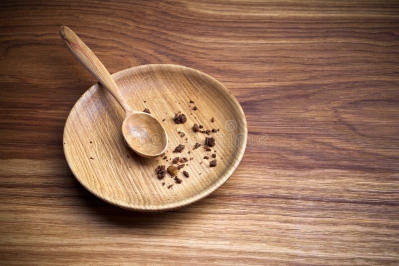 Νηστεία, που παραχωρεί Πιάτο με το κουτάλι και ψίχουλο στο ξύλινο υπόβαθρο στοκ εικόνες με δικαίωμα ελεύθερης χρήσης