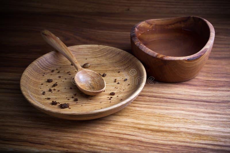 Νηστεία, που παραχωρεί Πιάτο με το κουτάλι και το φλυτζάνι του νερού στο ξύλινο υπόβαθρο στοκ φωτογραφία