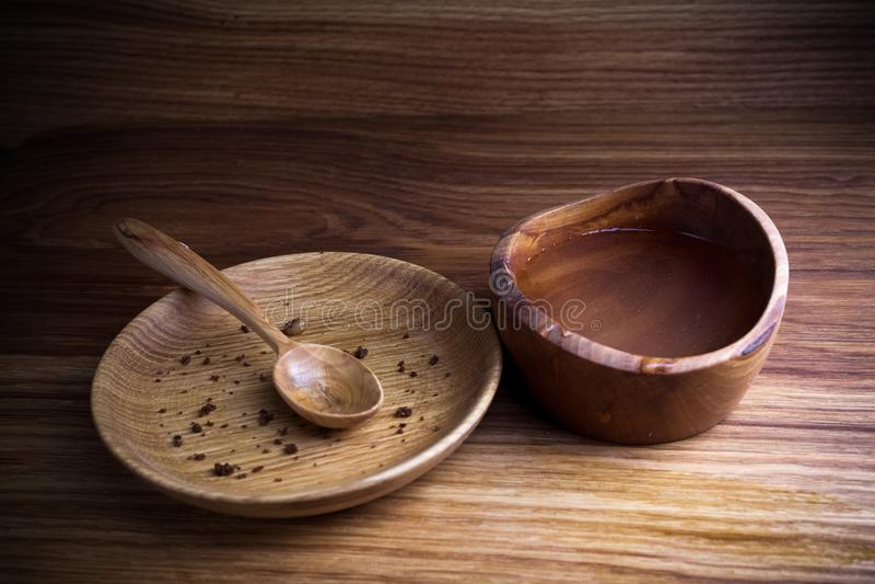 Νηστεία, που παραχωρεί Πιάτο με το κουτάλι και το φλυτζάνι του νερού στο ξύλινο υπόβαθρο στοκ εικόνες