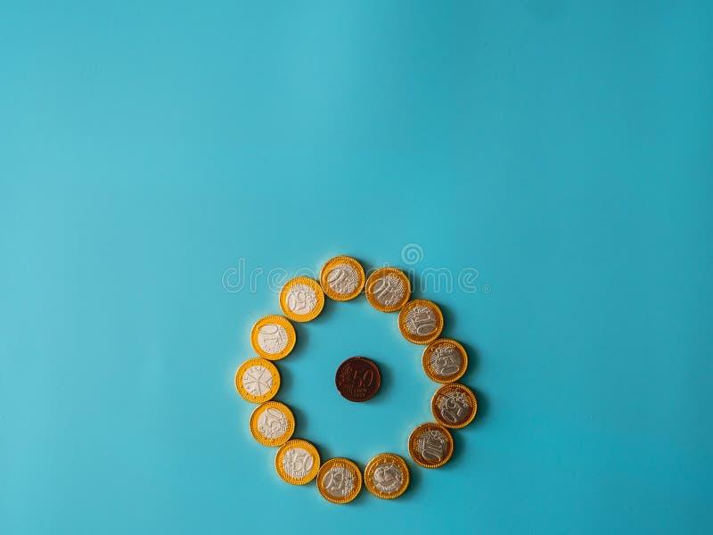 Νομίσματα σοκολάτας στο ουράνιο υπόβαθρο στοκ εικόνα