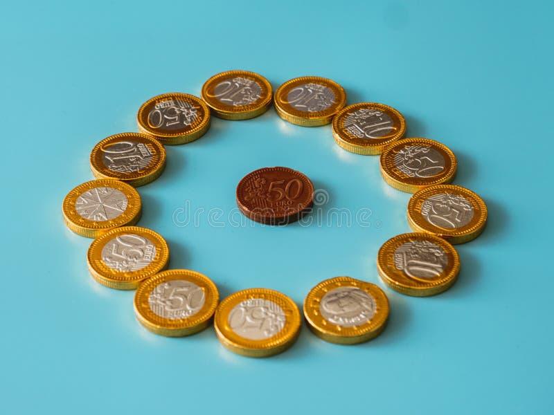 Νομίσματα σοκολάτας στο ουράνιο υπόβαθρο στοκ φωτογραφίες
