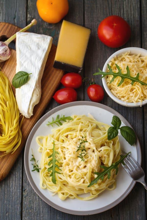 Νουντλς με το τυρί και το arugula στοκ εικόνες
