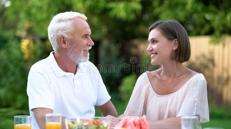 Νύφη που μιλά στον πεθερό, τις πλήρεις σεβασμού σχέσεις και την κατανόηση στοκ φωτογραφία