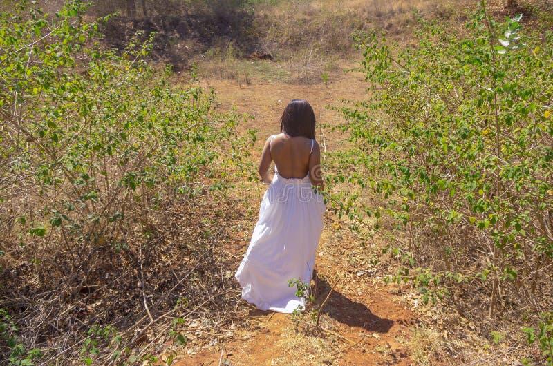 Νύφη Backless που περπατά στη ζούγκλα το πρωί στοκ εικόνες