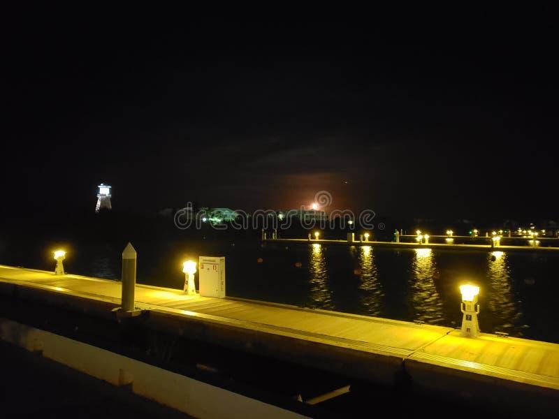 Νύχτα φεγγαριών σε μια μαρίνα στοκ φωτογραφία με δικαίωμα ελεύθερης χρήσης