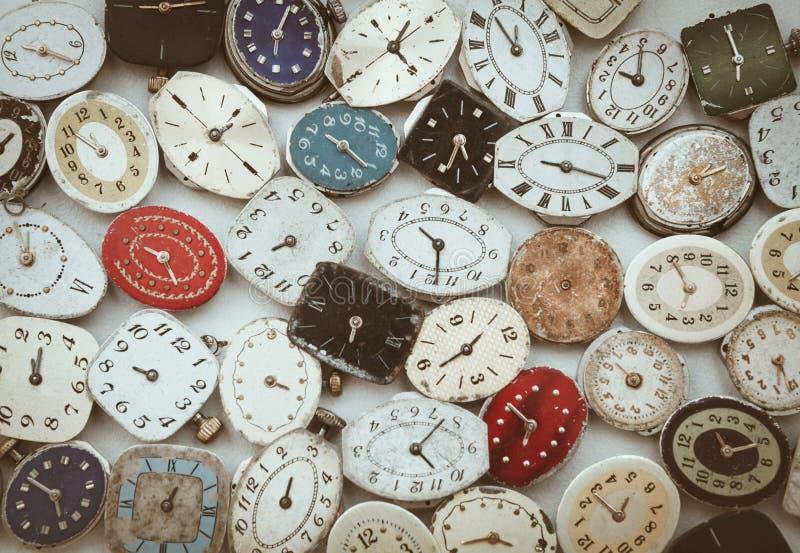 Ντεμοντέ αναδρομικοί σκουριασμένοι πίνακες λίγου wristwatch με τη τοπ άποψη χεριών backgroung στοκ φωτογραφίες με δικαίωμα ελεύθερης χρήσης