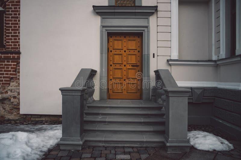 Ντεμοντέ πόρτες στο κλασικό ύφος στο παλαιό κτήριο στοκ φωτογραφία με δικαίωμα ελεύθερης χρήσης