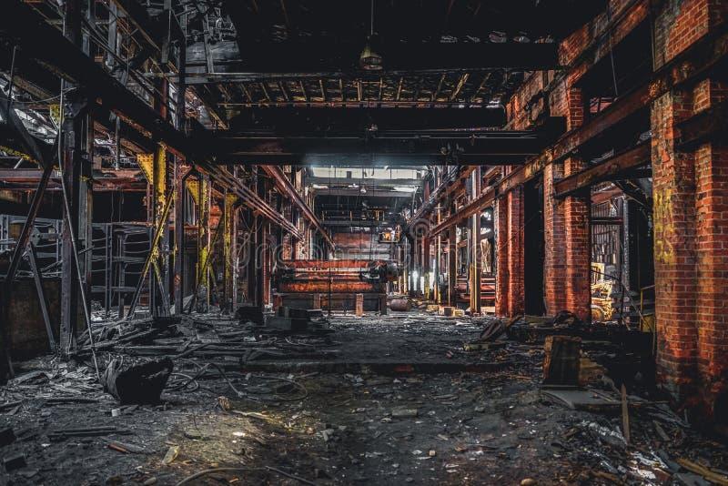 Ντιτρόιτ, Μίτσιγκαν, Ηνωμένες Πολιτείες - 18 Οκτωβρίου 2018: Άποψη του εγκαταλειμμένου γκρίζου εργοστασίου σιδήρου στο Ντιτρόιτ Ν στοκ φωτογραφία με δικαίωμα ελεύθερης χρήσης