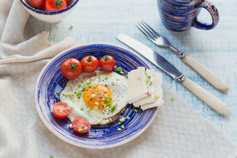 Ντομάτες φλυτζανιών καφέ, ενός αυγού, τυριών και κερασιών για το υγιές πρόγευμα στοκ εικόνες