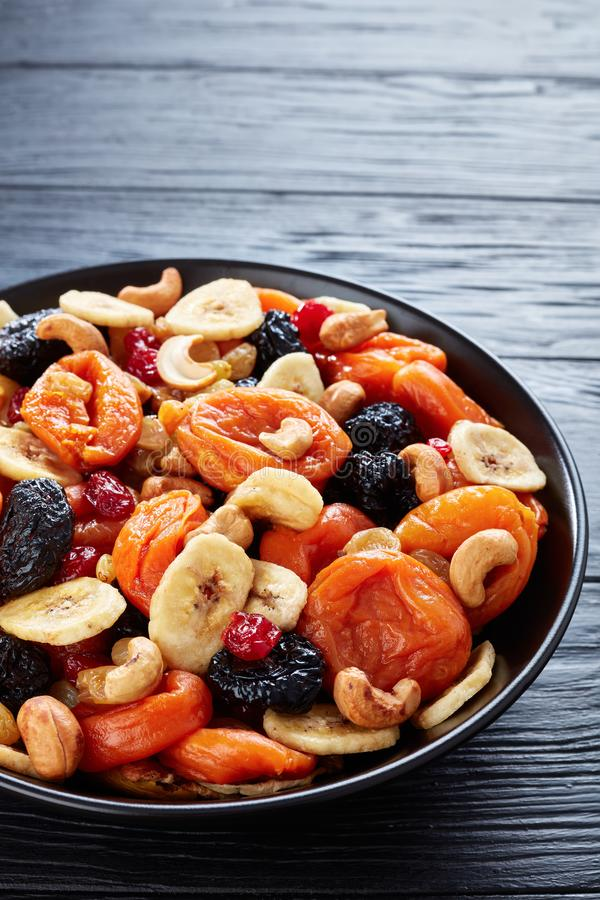Ξηρά οργανικά φρούτα και μίγμα καρυδιών, τοπ άποψη στοκ φωτογραφίες