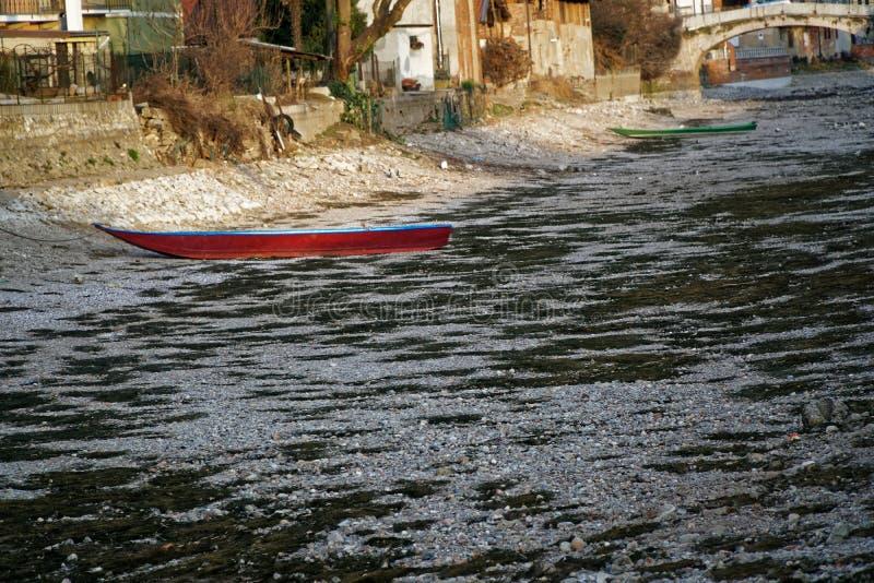 Ξηρασία ποταμών, κόκκινη βάρκα χωρίς οφειλόμενη παγκόσμια αύξηση της θερμοκρασίας λόγω του φαινομένου του θερμοκηπίου νερού στοκ φωτογραφία με δικαίωμα ελεύθερης χρήσης