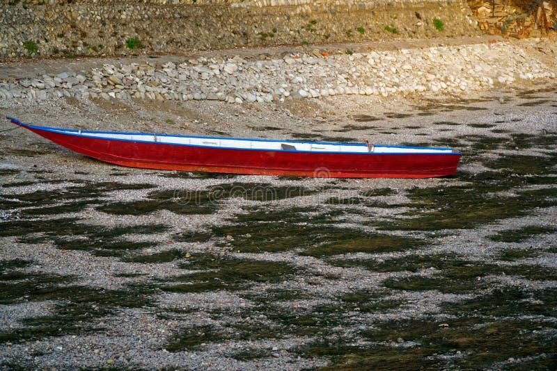 Ξηρασία ποταμών, κόκκινη βάρκα χωρίς οφειλόμενη παγκόσμια αύξηση της θερμοκρασίας λόγω του φαινομένου του θερμοκηπίου νερού στοκ εικόνες