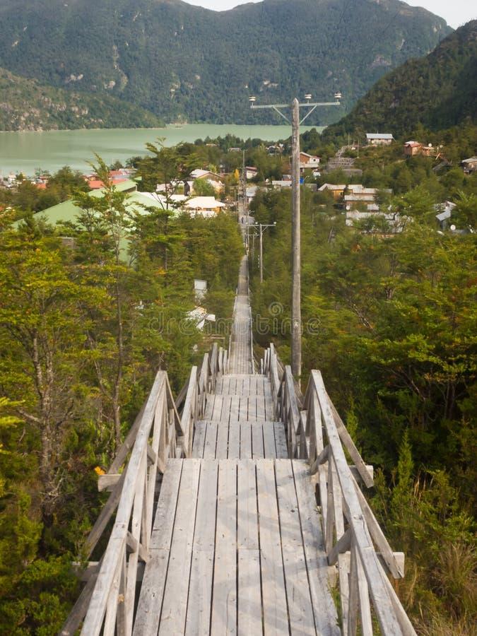 Ξύλινα σκαλοπάτια που οδηγούν στο Caleta Tortel, μικρό ψαροχώρι στο μακρινό μέρος της νότιας της Χιλής Παταγωνίας στοκ φωτογραφία με δικαίωμα ελεύθερης χρήσης