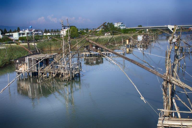 Ξύλινες κατοικίες ψαράδων στον ποταμό στοκ εικόνες