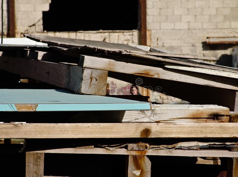 Ξύλινες δομές κατασκευής που συσσωρεύονται σε μια βιομηχανική περιοχή, έξω στοκ εικόνα