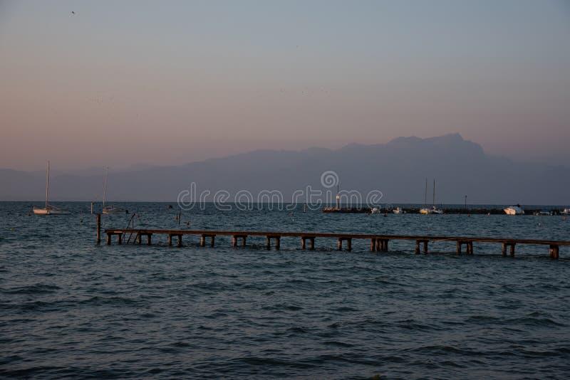 Ξύλινη αποβάθρα και συγκεκριμένη αποβάθρα για τις βάρκες πρόσδεσης στη λίμνη στοκ εικόνες με δικαίωμα ελεύθερης χρήσης