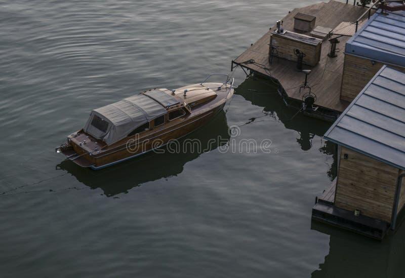 Ξύλινη στάση βαρκών που ελλιμενίζεται στον ποταμό sava στοκ φωτογραφία