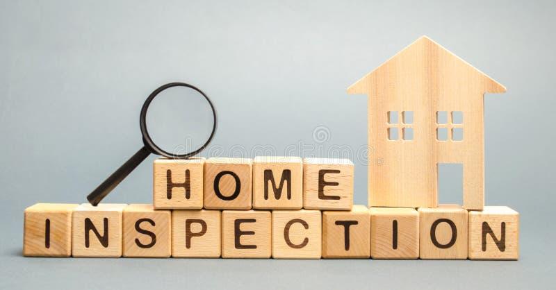 Ξύλινοι φραγμοί με την εγχώρια επιθεώρηση λέξης και το σπίτι Κατοικημένος όρος ιδιοκτησίας μεταπώλησης Η μελέτη της κατάστασης στοκ φωτογραφίες