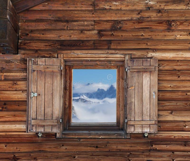 Ξύλινος τοίχος με το παράθυρο του ξενοδοχείου στα βουνά στοκ φωτογραφία με δικαίωμα ελεύθερης χρήσης