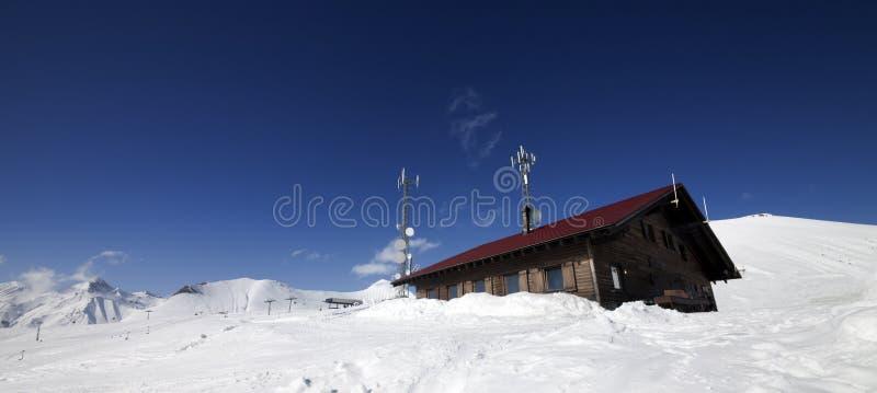 Ξύλινο ξενοδοχείο στα χιονώδη βουνά στοκ εικόνες