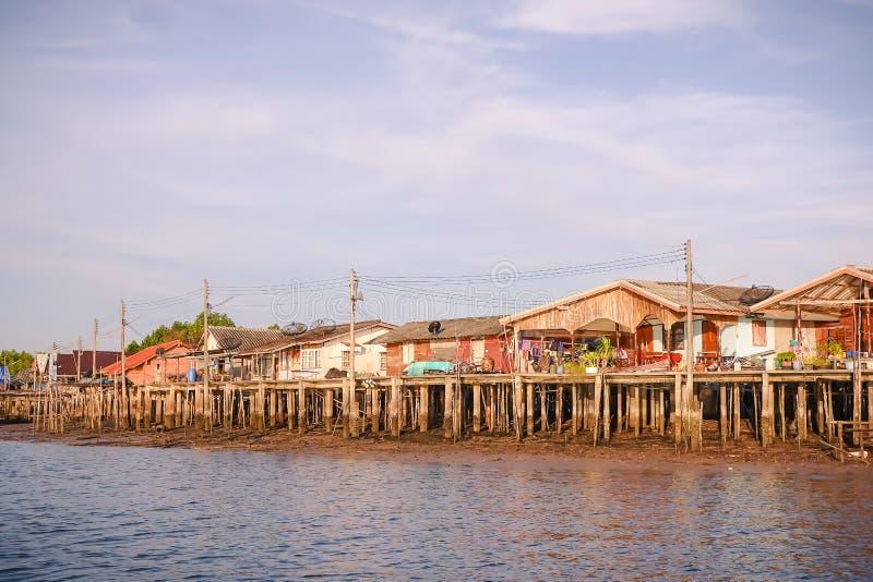 Ξύλινο σπίτι των ψαράδων στο νοτιοανατολικό σημείο της Ταϊλάνδης, όμορφο τοπίο όπως τη ζωγραφική και αντανάκλαση στην επιφάνεια, στοκ εικόνες