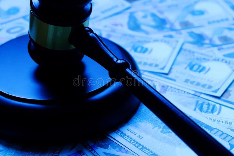 Ξύλινο gavel που βρίσκεται στο τραπεζογραμμάτιο δολαρίων στοκ εικόνες με δικαίωμα ελεύθερης χρήσης
