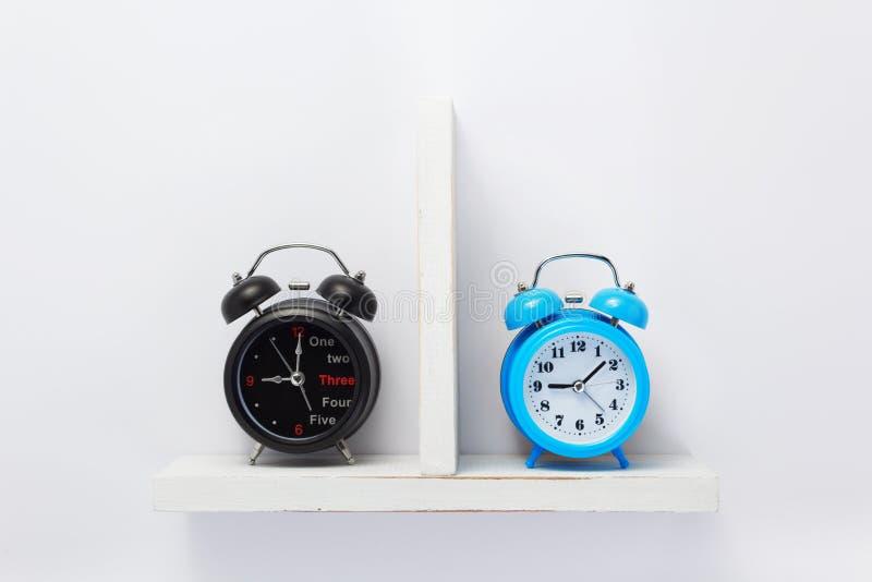 Ξυπνητήρι στο ξύλινο ράφι στοκ εικόνα με δικαίωμα ελεύθερης χρήσης