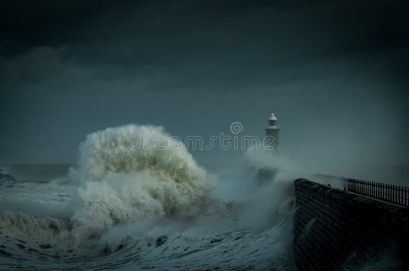 Ογκώδη κύματα που χτυπούν την αποβάθρα Tynemouth στοκ φωτογραφίες