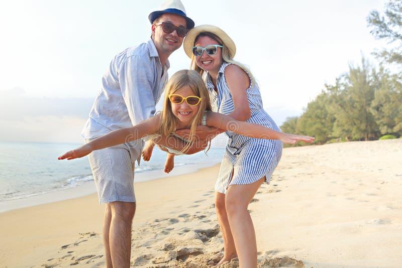 οικογένεια παραλιών ευ&ta Άνθρωποι που έχουν τη διασκέδαση στις θερινές διακοπές Πατέρας, μητέρα και παιδί στην μπλε θάλασσα και  στοκ εικόνες