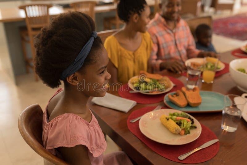 Οικογένεια που έχει το γεύμα μαζί να δειπνήσει στον πίνακα στοκ εικόνες