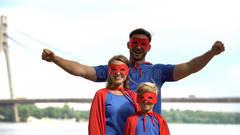 Οικογένεια Superhero που έχει τη διασκέδαση υπαίθρια, κέντρο ψυχαγωγίας, κόμμα β-ημέρας κοστουμιών στοκ εικόνα με δικαίωμα ελεύθερης χρήσης