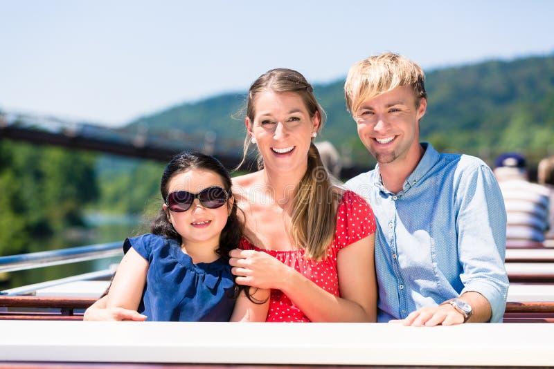 Οικογενειακή συνεδρίαση ευτυχώς στη βάρκα στην κρουαζιέρα ποταμών το καλοκαίρι στοκ εικόνα με δικαίωμα ελεύθερης χρήσης