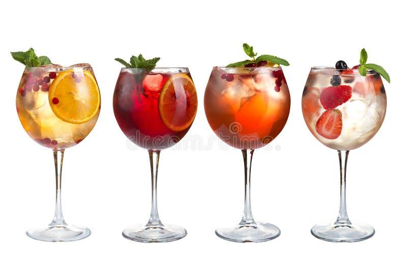 Οινοπνευματώδη και μη οινοπνευματούχα κοκτέιλ με τη μέντα, τα φρούτα και τα μούρα σε ένα άσπρο υπόβαθρο Ποικίλα κοκτέιλ goblets γ στοκ φωτογραφίες