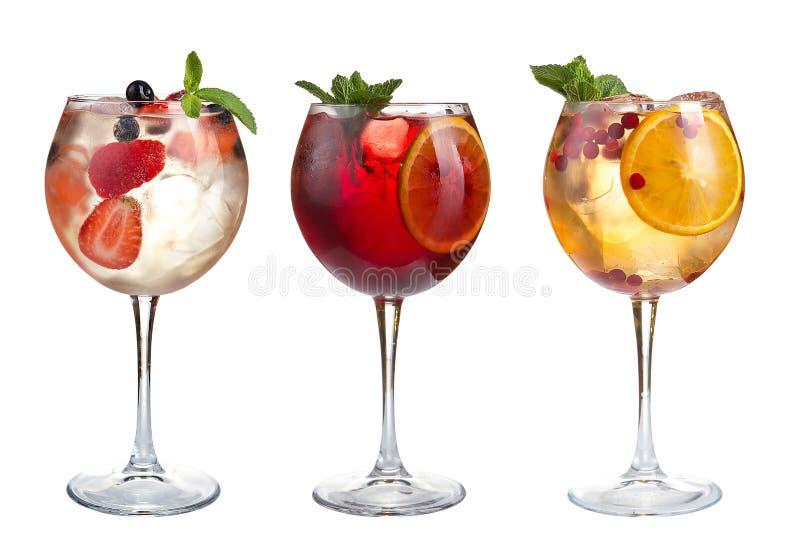 Οινοπνευματώδη και μη οινοπνευματούχα κοκτέιλ με τη μέντα, τα φρούτα και τα μούρα σε ένα άσπρο υπόβαθρο Τρία κοκτέιλ goblets γυαλ στοκ φωτογραφίες