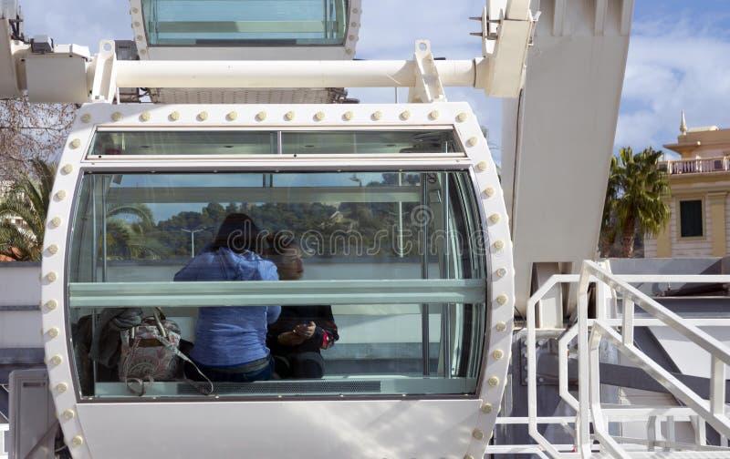 Οι άνθρωποι εξετάζουν το πανόραμα της ισπανικής πόλης της Μάλαγας από την καμπίνα Ferris στοκ φωτογραφία με δικαίωμα ελεύθερης χρήσης