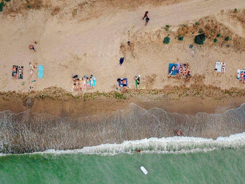 Οι άνθρωποι στηρίζονται στην άγρια παραλία με τις οικογένειές τους στοκ φωτογραφία με δικαίωμα ελεύθερης χρήσης