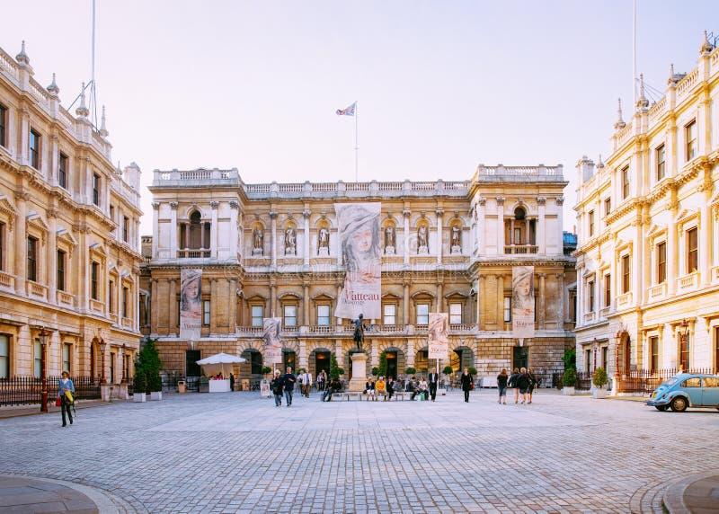 Οι άνθρωποι στη βασιλική ακαδημία των τεχνών στο Μπέρλινγκτον στεγάζουν το Λονδίνο στοκ φωτογραφία με δικαίωμα ελεύθερης χρήσης