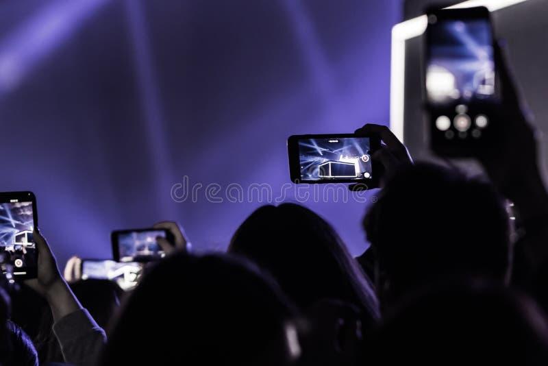 Οι άνθρωποι στη ζωντανή μουσική συμφωνούν στοκ εικόνες