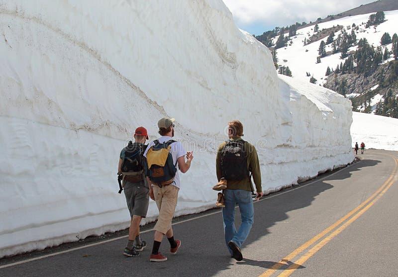 Οι άνθρωποι περπατούν κατά μήκος της κλίσης χιονιού στο μέσο του καλοκαιριού στοκ φωτογραφία με δικαίωμα ελεύθερης χρήσης