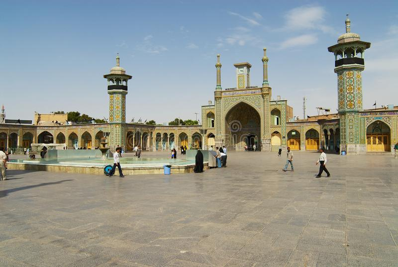 Οι άνθρωποι περπατούν μπροστά από τη Fatima Masumeh Shrine σε Qom, Ιράν στοκ φωτογραφία με δικαίωμα ελεύθερης χρήσης