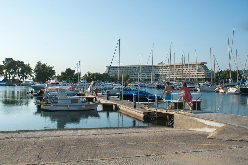 Οι άνθρωποι πηγαίνουν να νοικιάσουν ένα γιοτ, βάρκα Οχήματα ενοικίου για το ταξίδι και την αναψυχή στοκ εικόνες