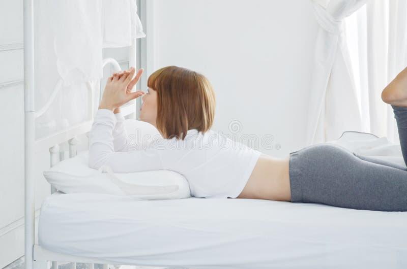 Οι γυναίκες που φορούν τα άσπρα πουκάμισα ξύπνησαν ακριβώς στοκ εικόνες με δικαίωμα ελεύθερης χρήσης